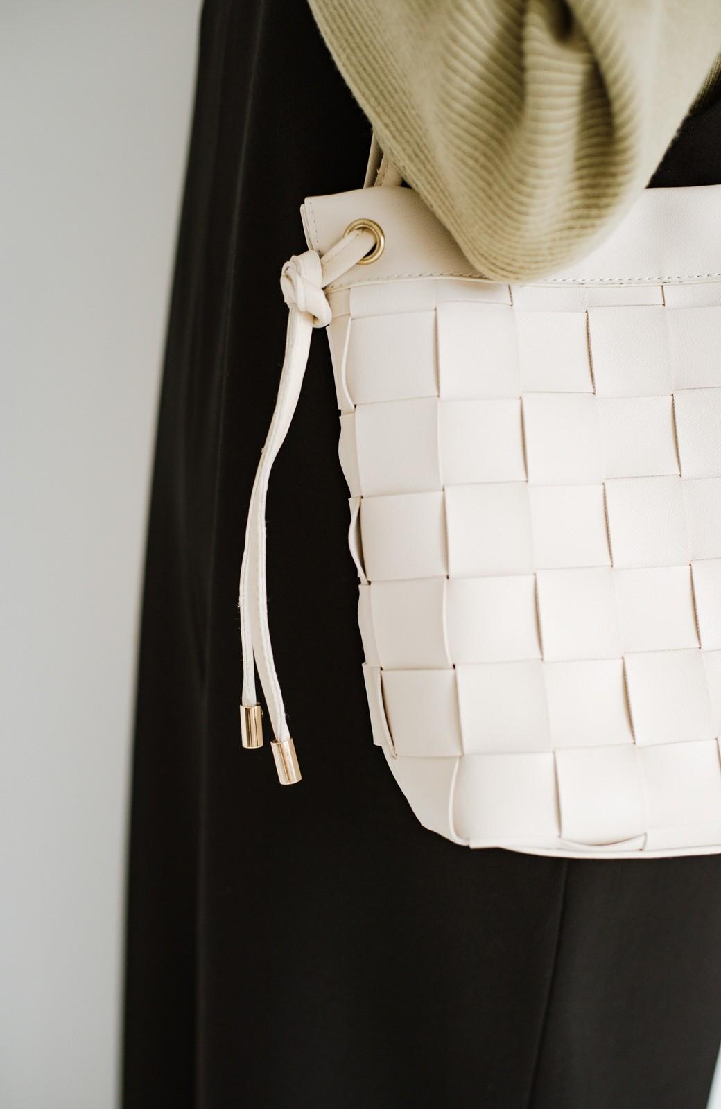 haco! さっと持って女っぽ 手編みメッシュが上品なやわらかフェイクレザーのトートバッグ <オフホワイト>の商品写真4