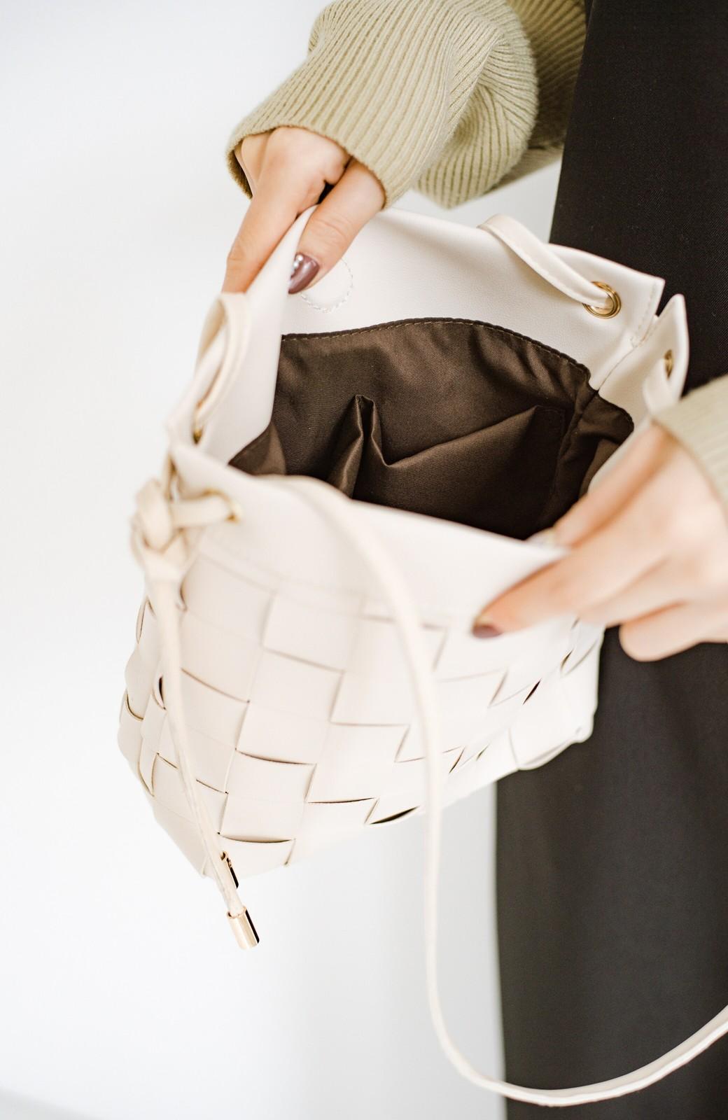 haco! さっと持って女っぽ 手編みメッシュが上品なやわらかフェイクレザーのトートバッグ <オフホワイト>の商品写真6