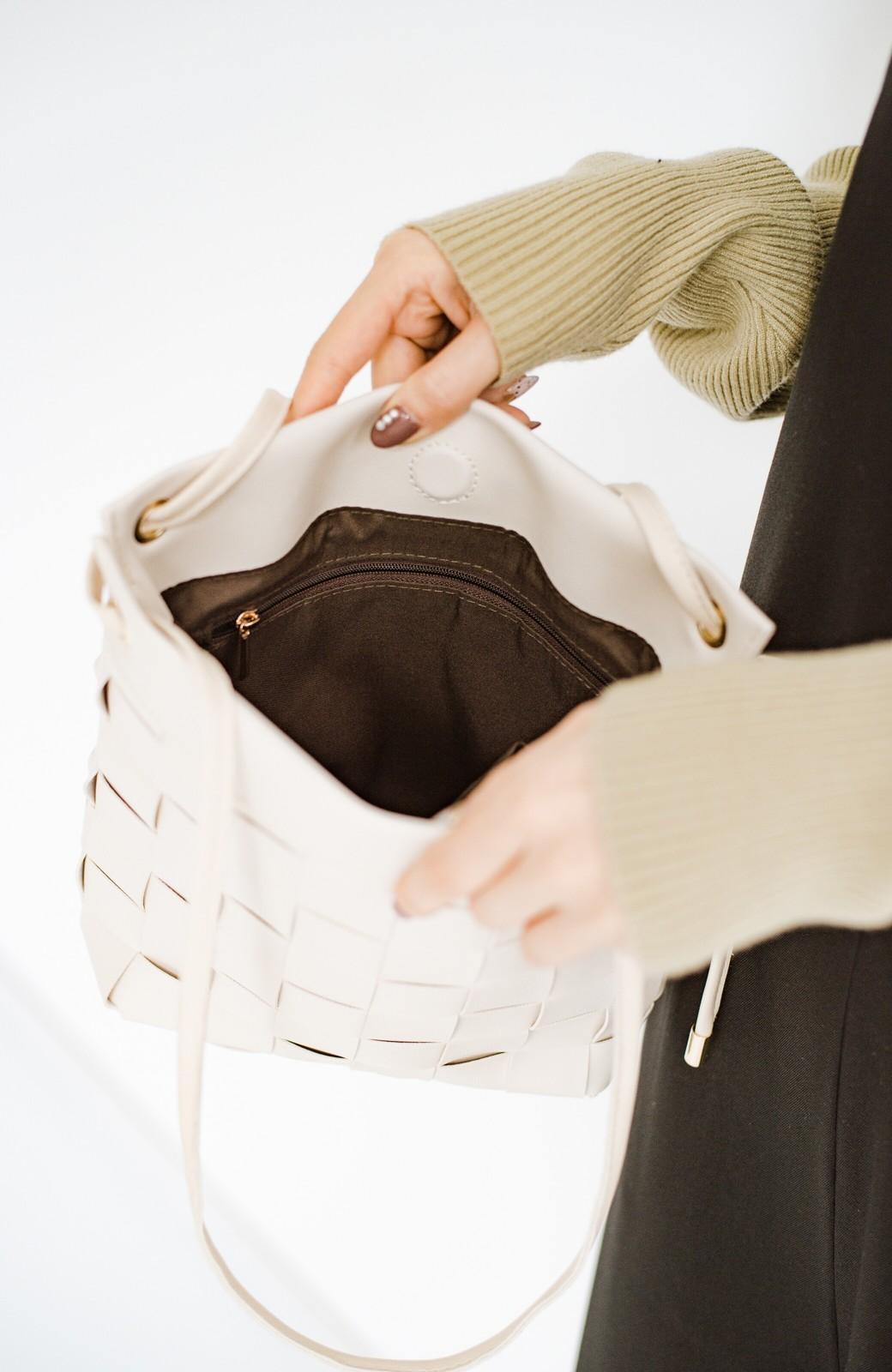 haco! さっと持って女っぽ 手編みメッシュが上品なやわらかフェイクレザーのトートバッグ <オフホワイト>の商品写真9