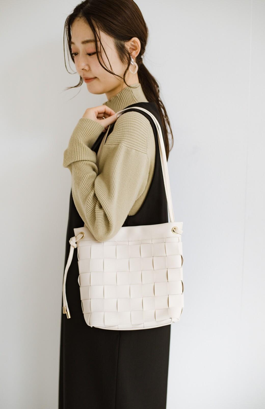 haco! さっと持って女っぽ 手編みメッシュが上品なやわらかフェイクレザーのトートバッグ <オフホワイト>の商品写真11