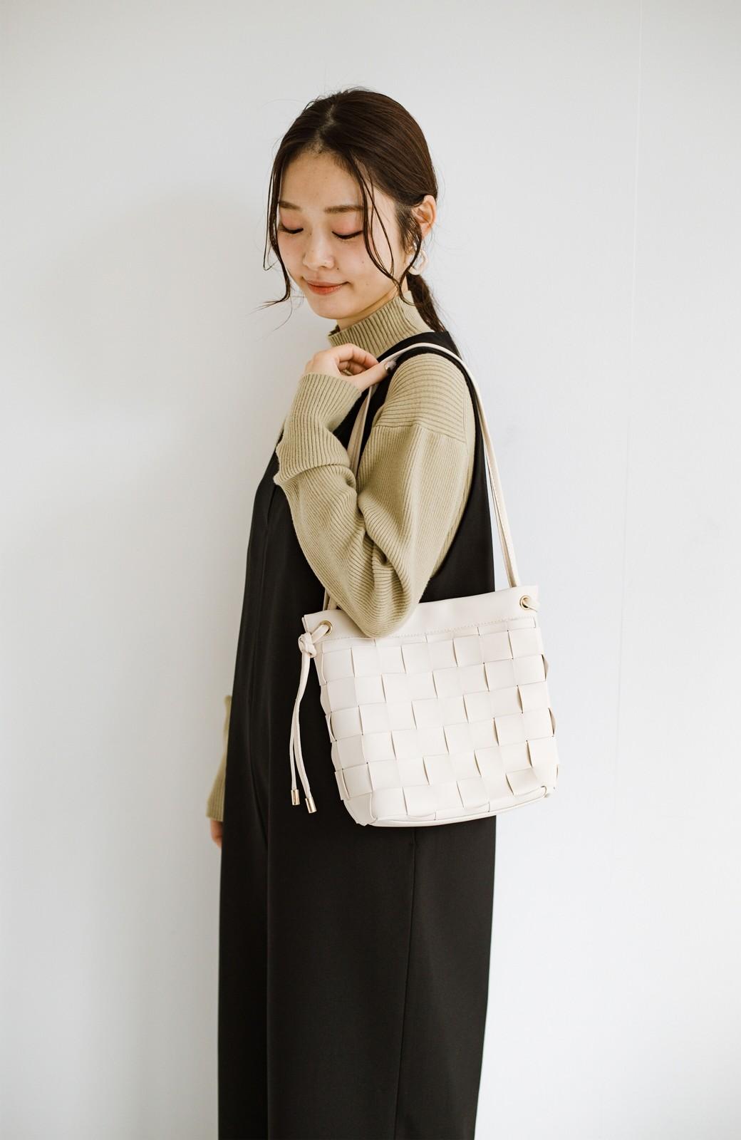 haco! さっと持って女っぽ 手編みメッシュが上品なやわらかフェイクレザーのトートバッグ <オフホワイト>の商品写真12
