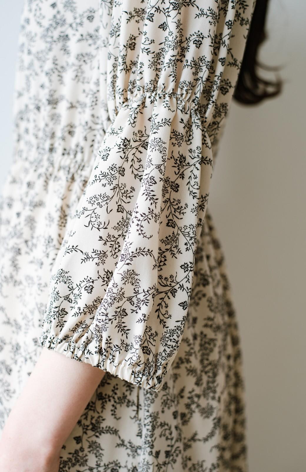 haco! 頑張らずとも主役になれちゃう 華やぎぎゅっと詰め込んだ羽織にもなるとっておきギャザーワンピース <ベージュ>の商品写真11