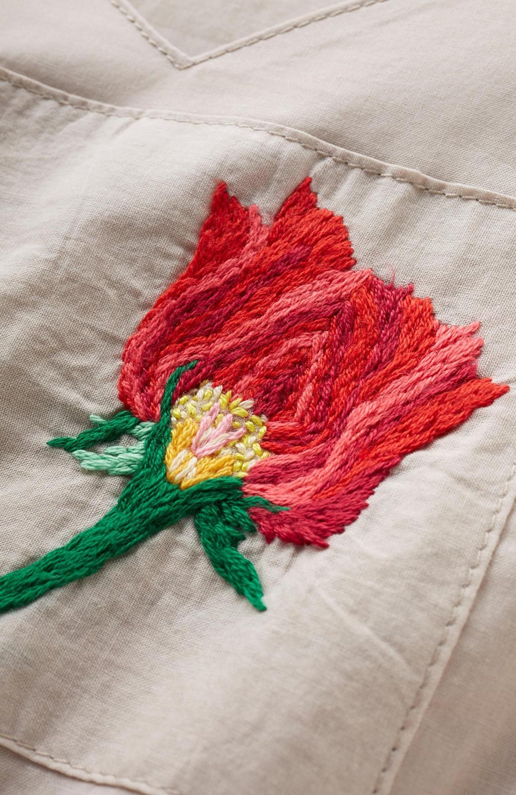 haco! 絡み合う薔薇の刺繍とチラリとのぞくオリジナルプリントが色っぽい オーガニックコットンのワンピース from Stitch by Stitch <ライトベージュ>の商品写真6