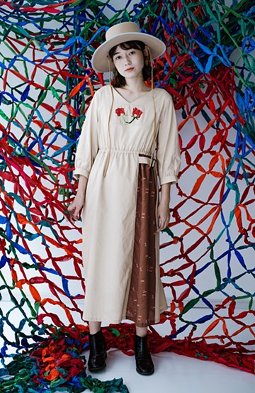 haco! 絡み合う薔薇の刺繍とチラリとのぞくオリジナルプリントが色っぽい オーガニックコットンのワンピース from Stitch by Stitch <ライトベージュ>の商品写真