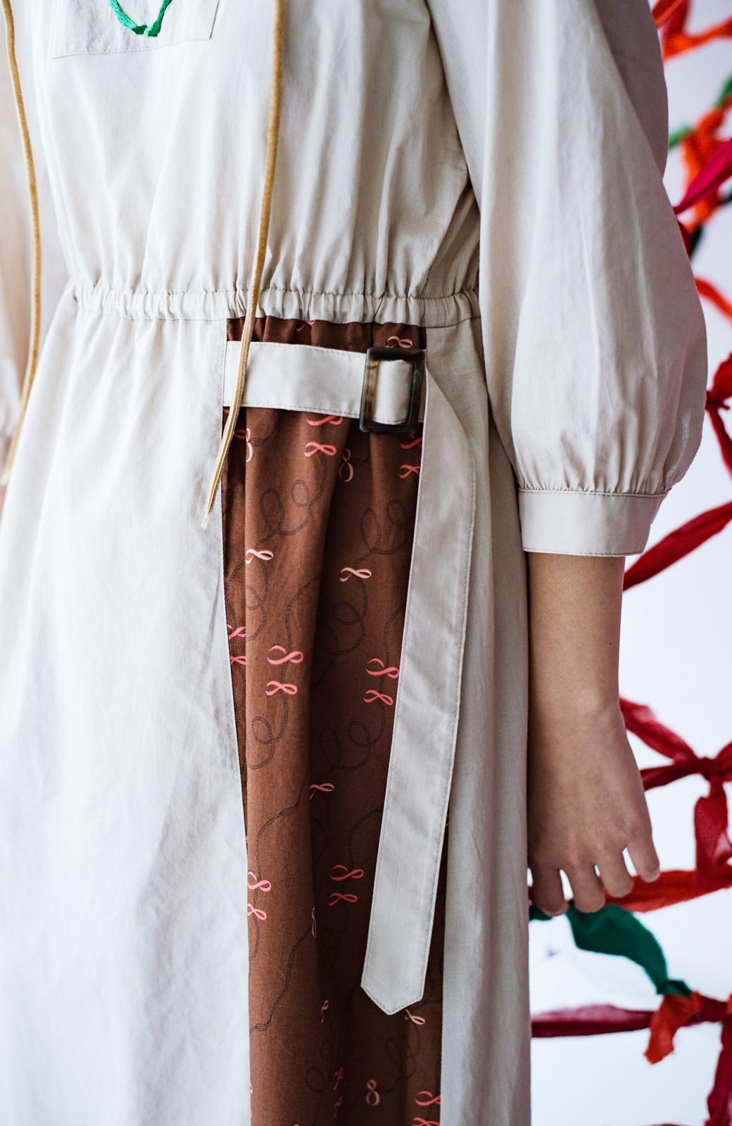 haco! 絡み合う薔薇の刺繍とチラリとのぞくオリジナルプリントが色っぽい オーガニックコットンのワンピース from Stitch by Stitch <ライトベージュ>の商品写真7