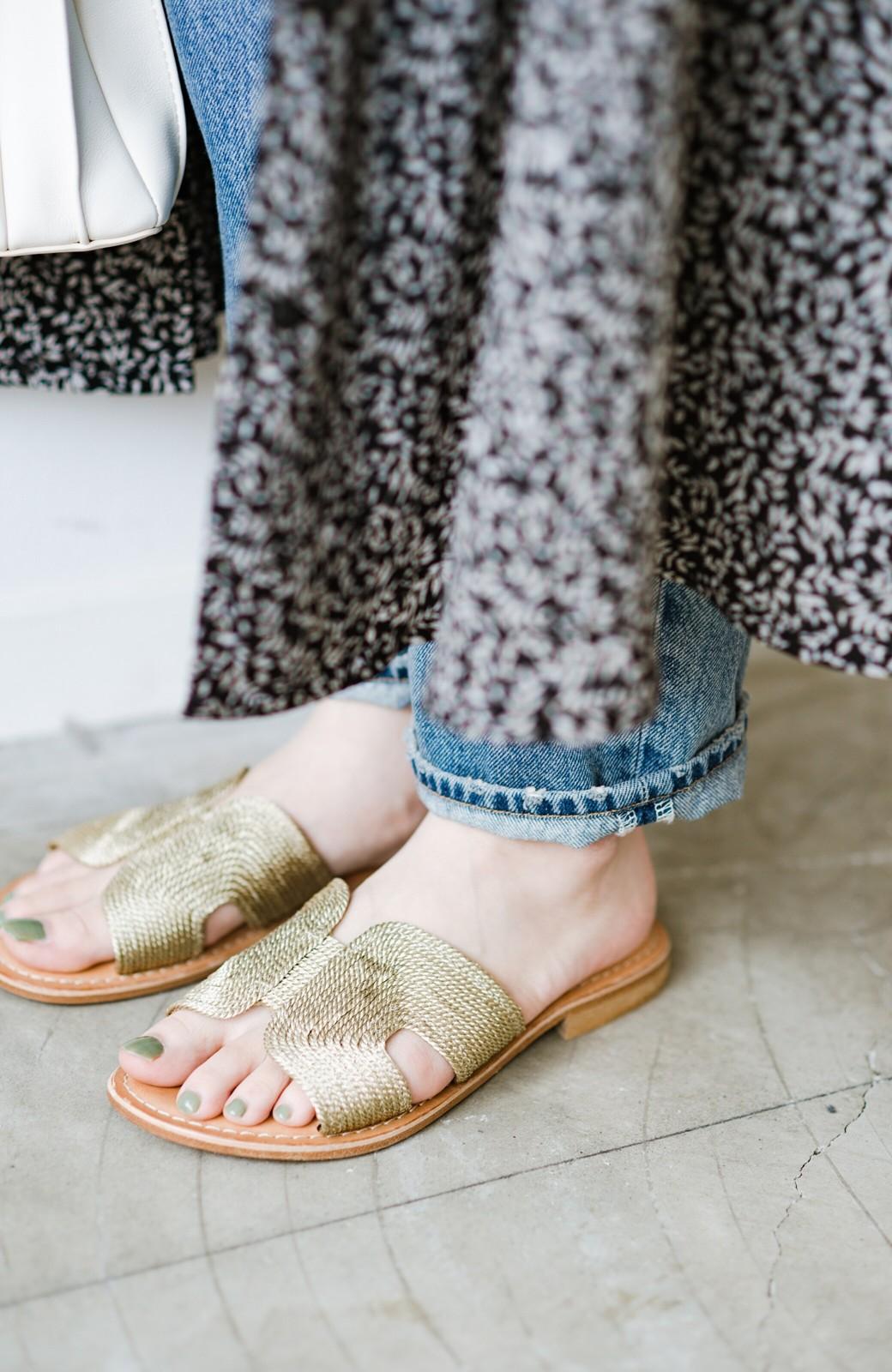 haco! EDER 素足をきれいに魅せてくれるゴールドカラーのフラットサンダル <ゴールド>の商品写真8