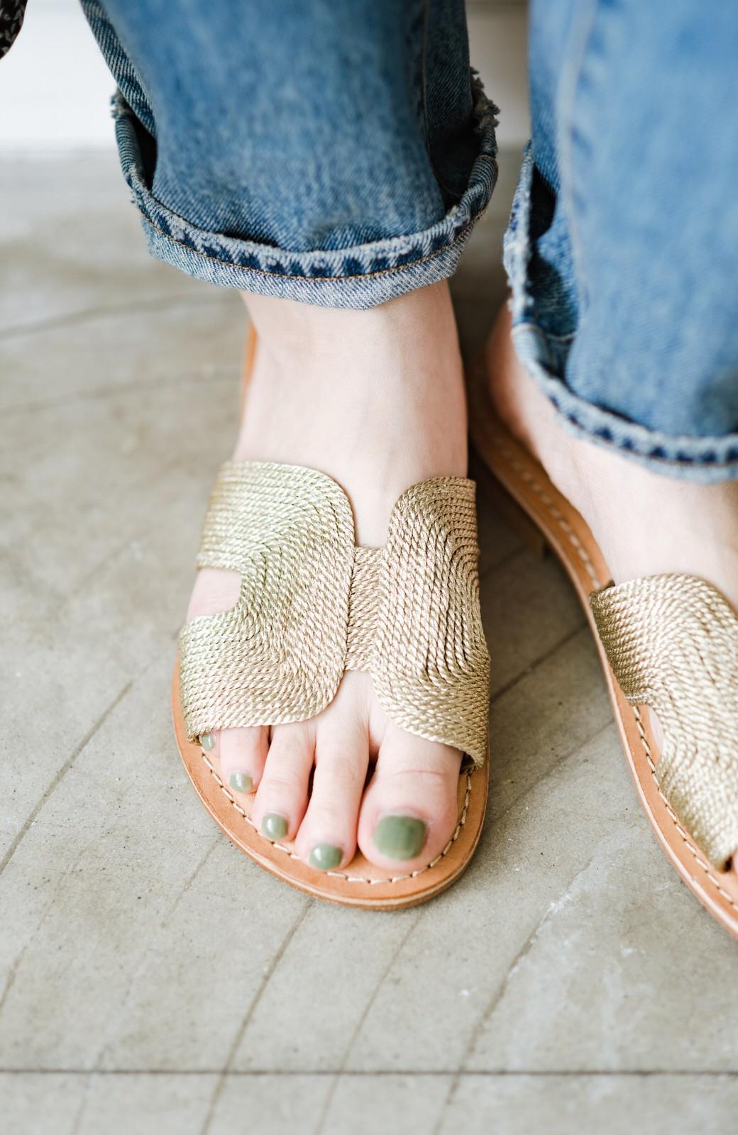haco! EDER 素足をきれいに魅せてくれるゴールドカラーのフラットサンダル <ゴールド>の商品写真2