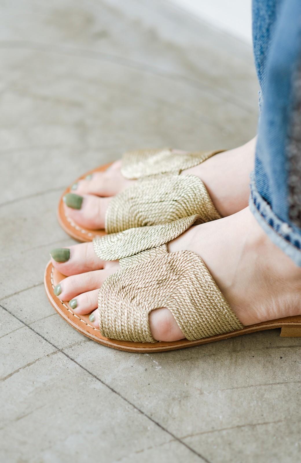 haco! EDER 素足をきれいに魅せてくれるゴールドカラーのフラットサンダル <ゴールド>の商品写真10