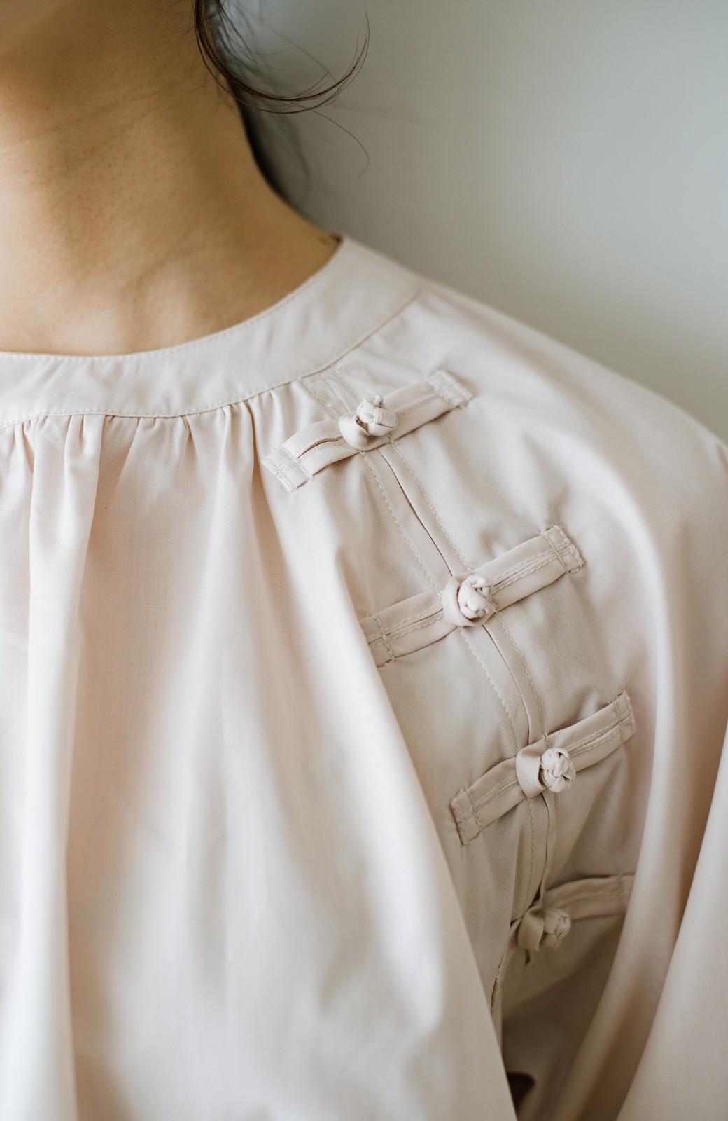 haco! パッと着るだけで新鮮&おしゃれ見え!ゆるめサイズが今っぽいチャイナボタンブラウス <ライトベージュ>の商品写真4