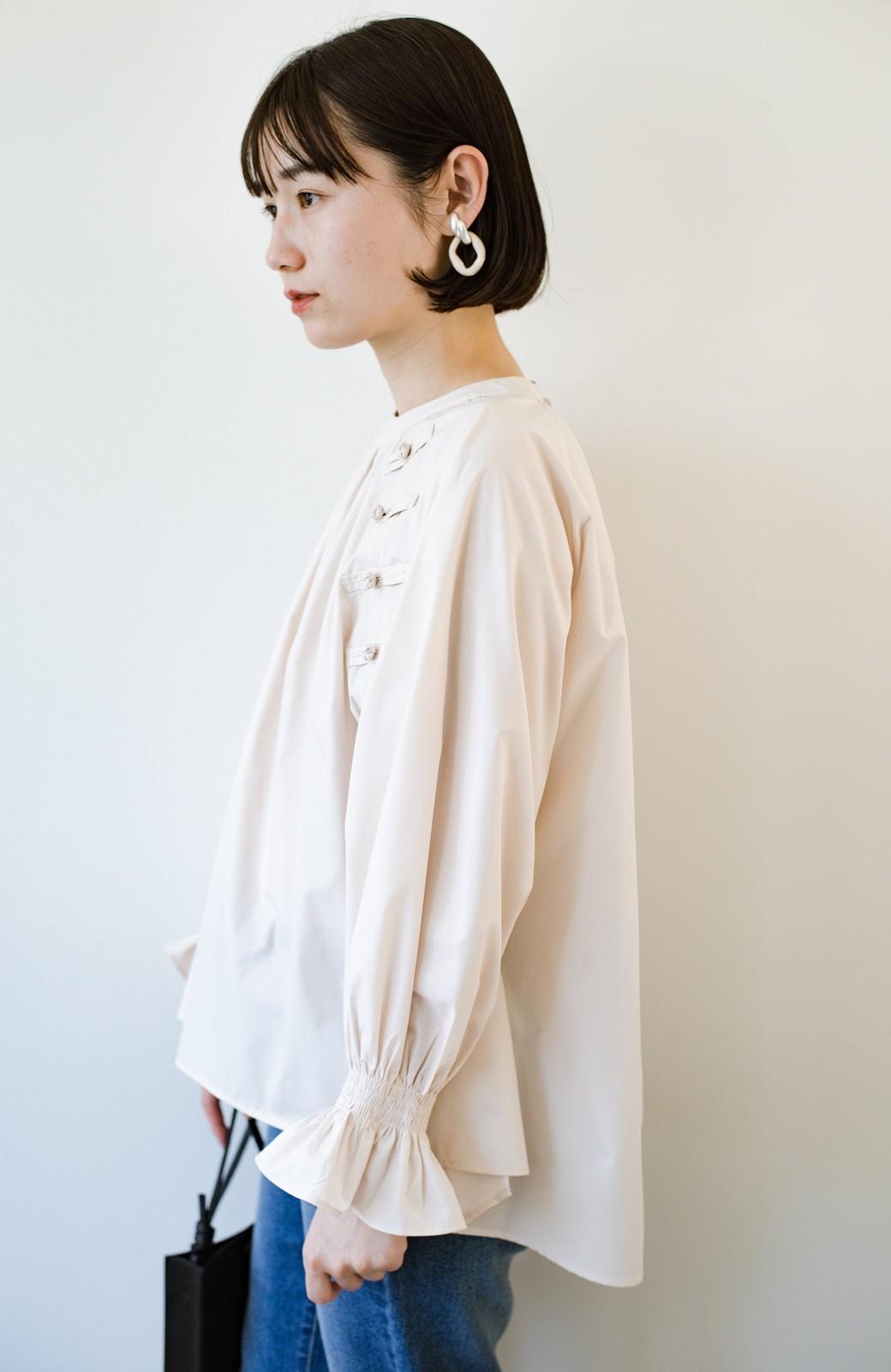 haco! パッと着るだけで新鮮&おしゃれ見え!ゆるめサイズが今っぽいチャイナボタンブラウス <ライトベージュ>の商品写真19