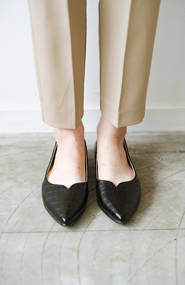 haco! 【防水】普段もお仕事も雨の日も!さっと履いて女っぽい Vカットが足をきれいに見せてくれるフラットパンプス <ブラック>の商品写真