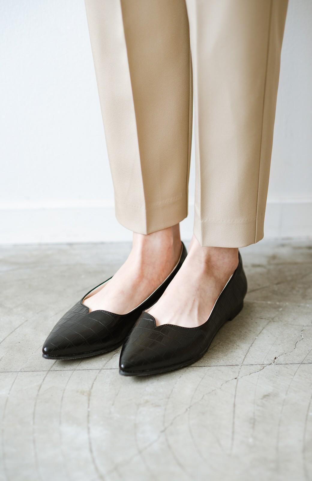 haco! 【防水】普段もお仕事も雨の日も!さっと履いて女っぽい Vカットが足をきれいに見せてくれるフラットパンプス <ブラック>の商品写真3