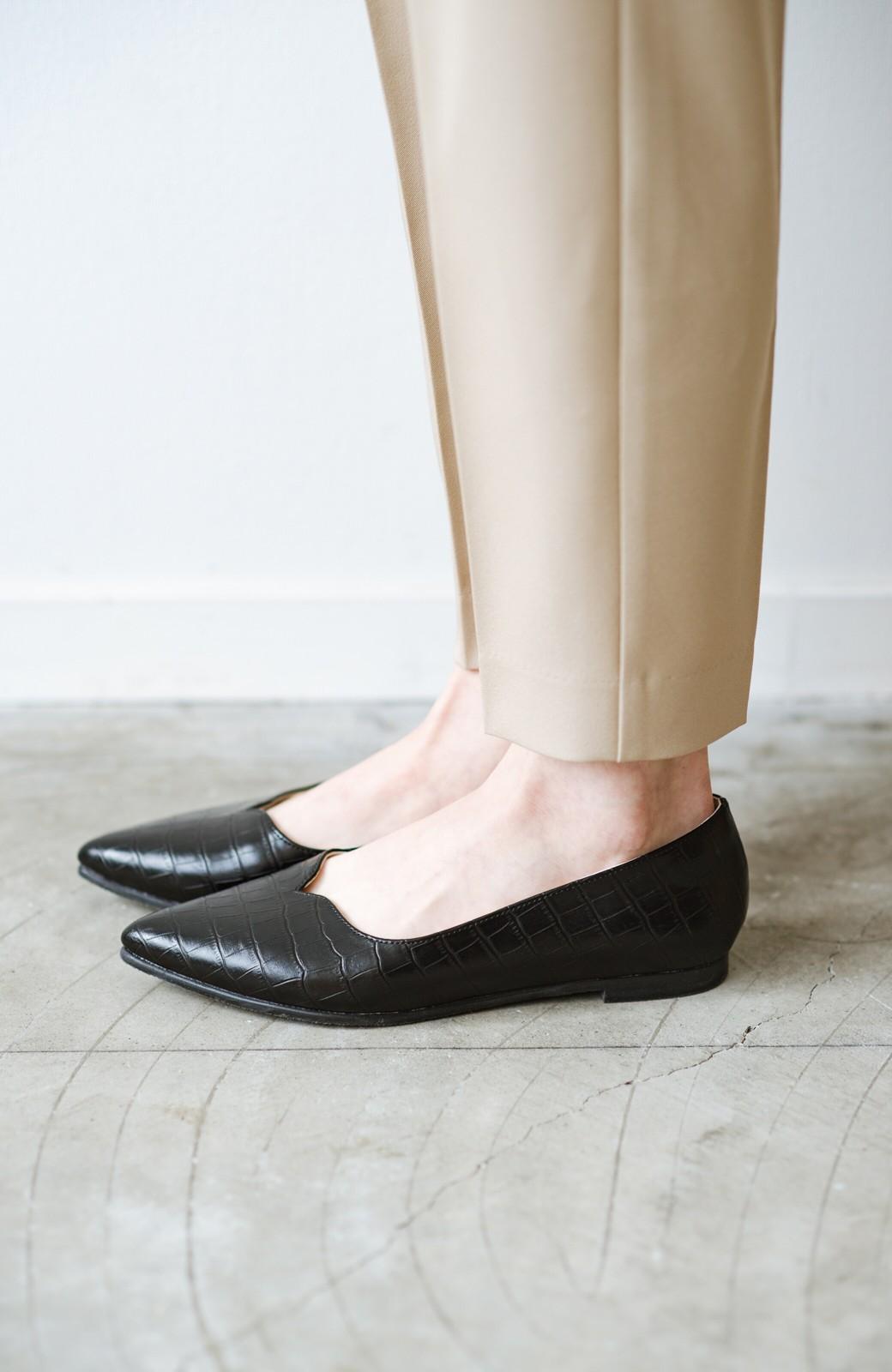 haco! 【防水】普段もお仕事も雨の日も!さっと履いて女っぽい Vカットが足をきれいに見せてくれるフラットパンプス <ブラック>の商品写真4