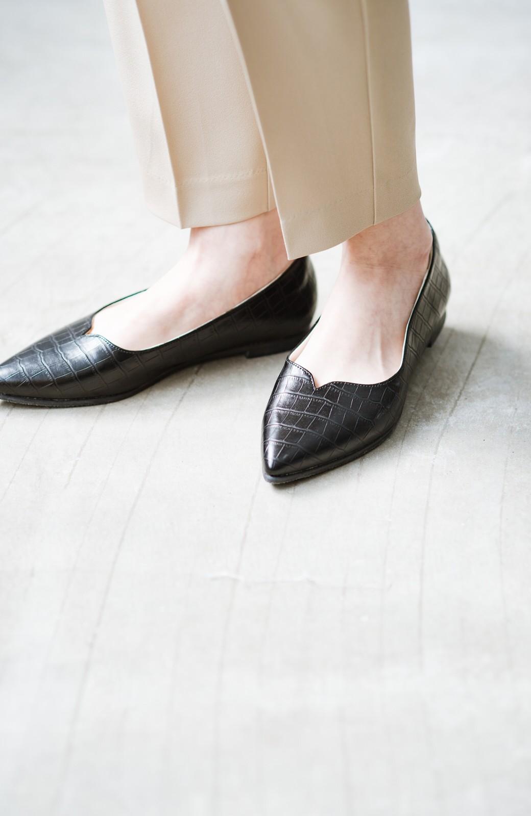 haco! 【防水】普段もお仕事も雨の日も!さっと履いて女っぽい Vカットが足をきれいに見せてくれるフラットパンプス <ブラック>の商品写真5