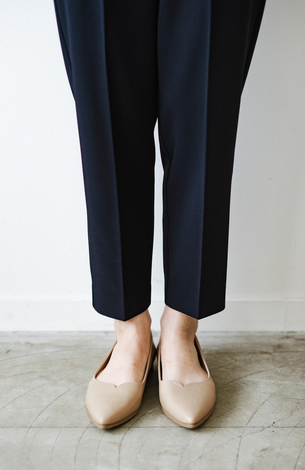 haco! 【防水】普段もお仕事も雨の日も!さっと履いて女っぽい Vカットが足をきれいに見せてくれるフラットパンプス <ベージュ>の商品写真3