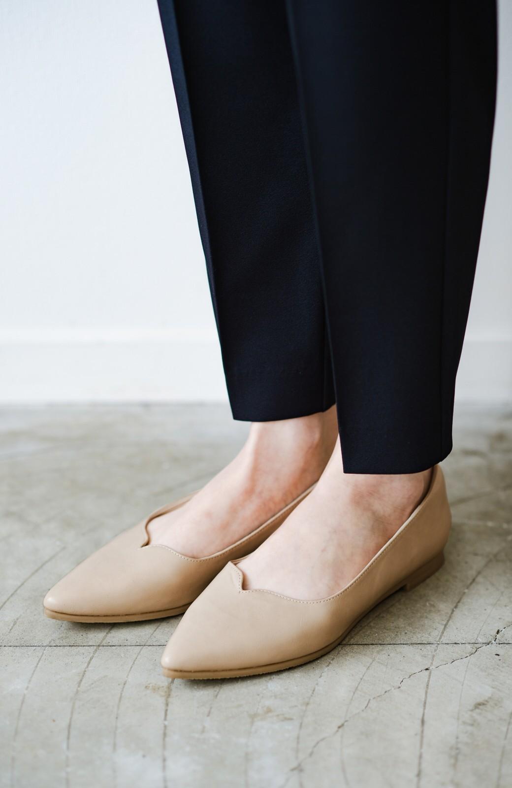 haco! 【防水】普段もお仕事も雨の日も!さっと履いて女っぽい Vカットが足をきれいに見せてくれるフラットパンプス <ベージュ>の商品写真4