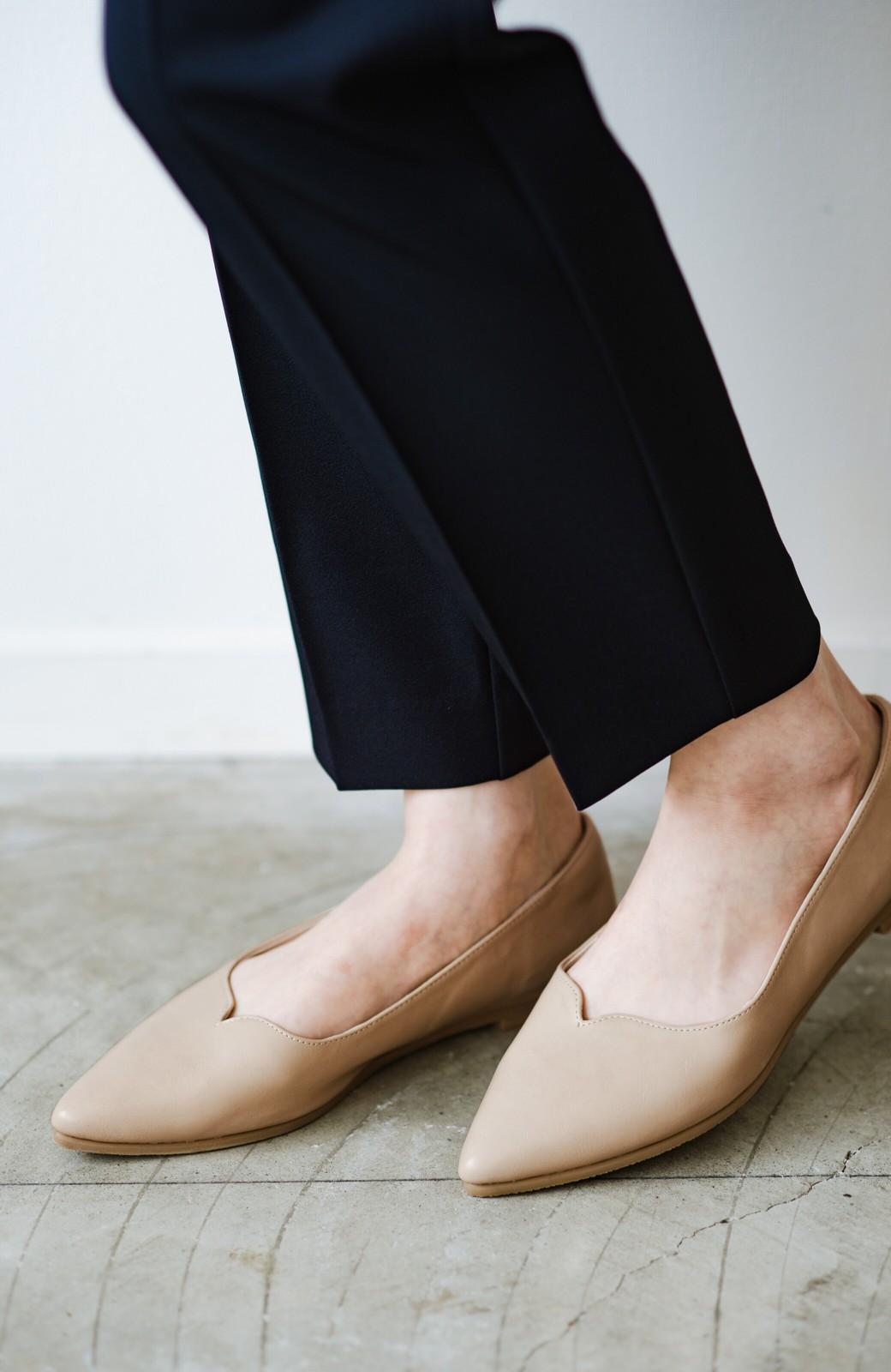 haco! 【防水】普段もお仕事も雨の日も!さっと履いて女っぽい Vカットが足をきれいに見せてくれるフラットパンプス <ベージュ>の商品写真5