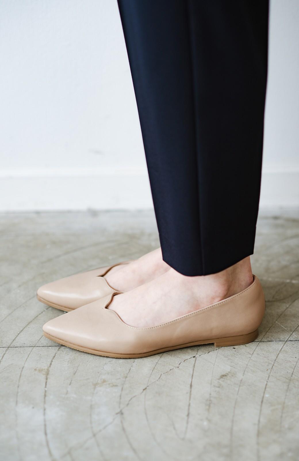 haco! 【防水】普段もお仕事も雨の日も!さっと履いて女っぽい Vカットが足をきれいに見せてくれるフラットパンプス <ベージュ>の商品写真6