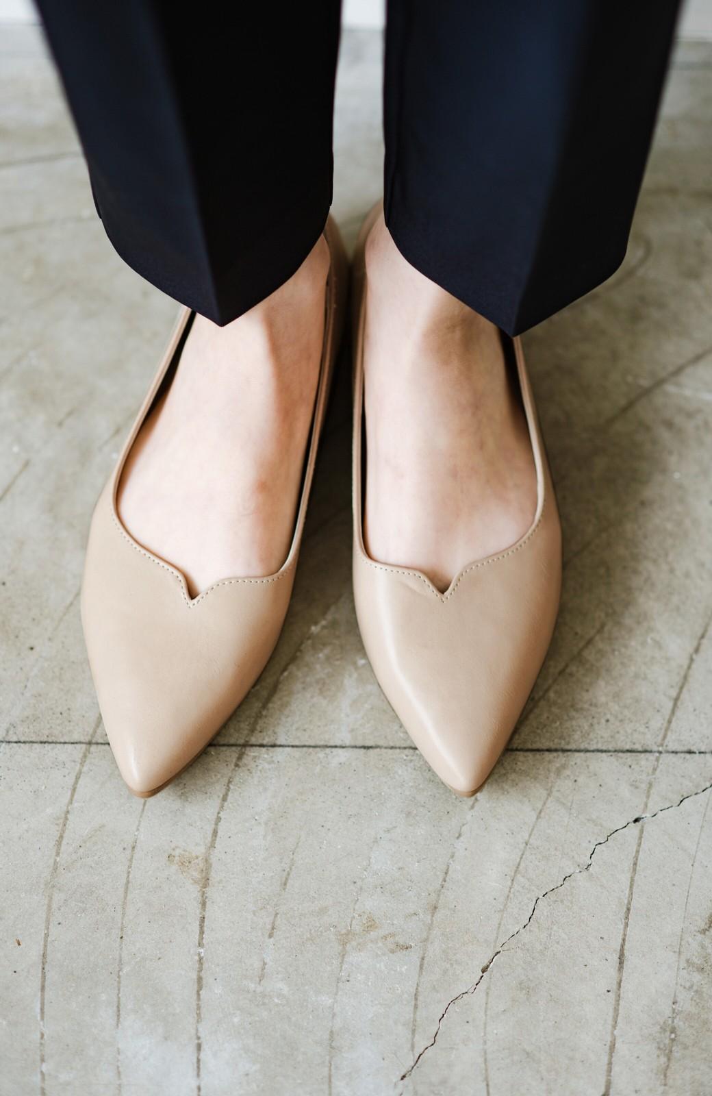 haco! 【防水】普段もお仕事も雨の日も!さっと履いて女っぽい Vカットが足をきれいに見せてくれるフラットパンプス <ベージュ>の商品写真1