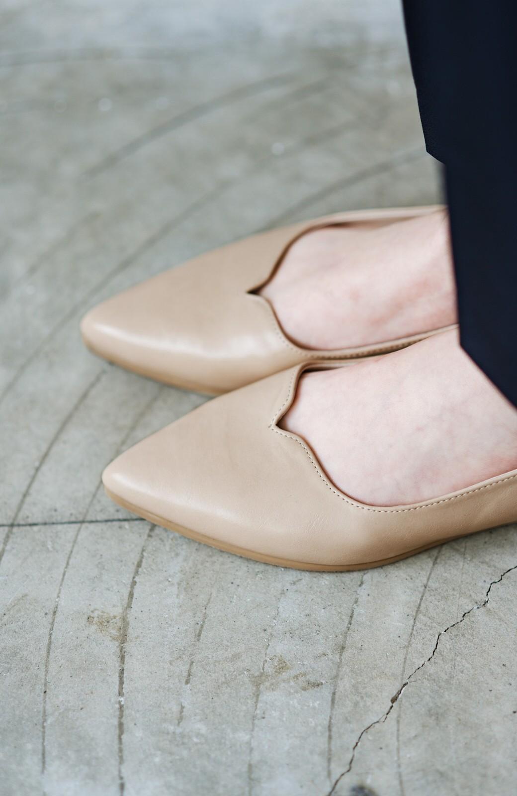 haco! 【防水】普段もお仕事も雨の日も!さっと履いて女っぽい Vカットが足をきれいに見せてくれるフラットパンプス <ベージュ>の商品写真8