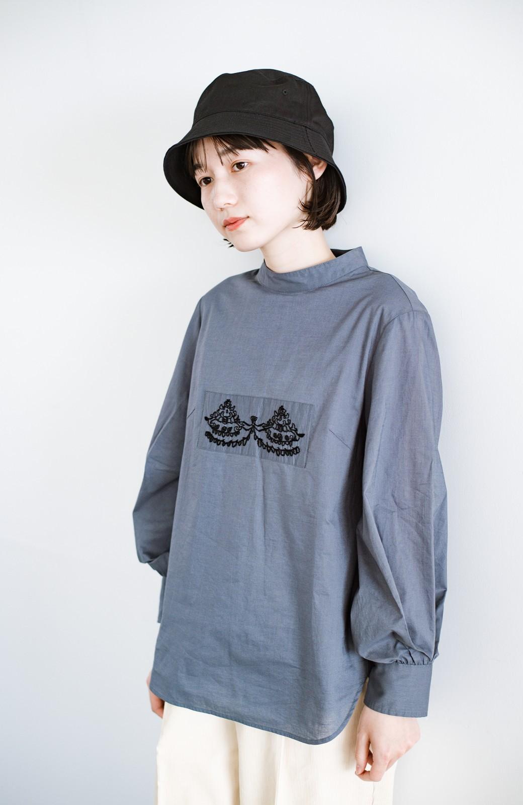 haco! 上品な刺繍がまるでレースのよう オーガニックコットンの袖ぽんわりブラウス from Stitch by Stitch <グレイッシュブルー>の商品写真3