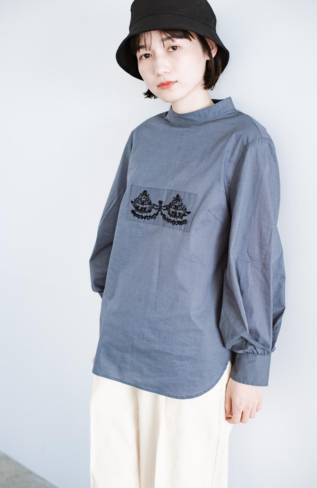 haco! 上品な刺繍がまるでレースのよう オーガニックコットンの袖ぽんわりブラウス from Stitch by Stitch <グレイッシュブルー>の商品写真16