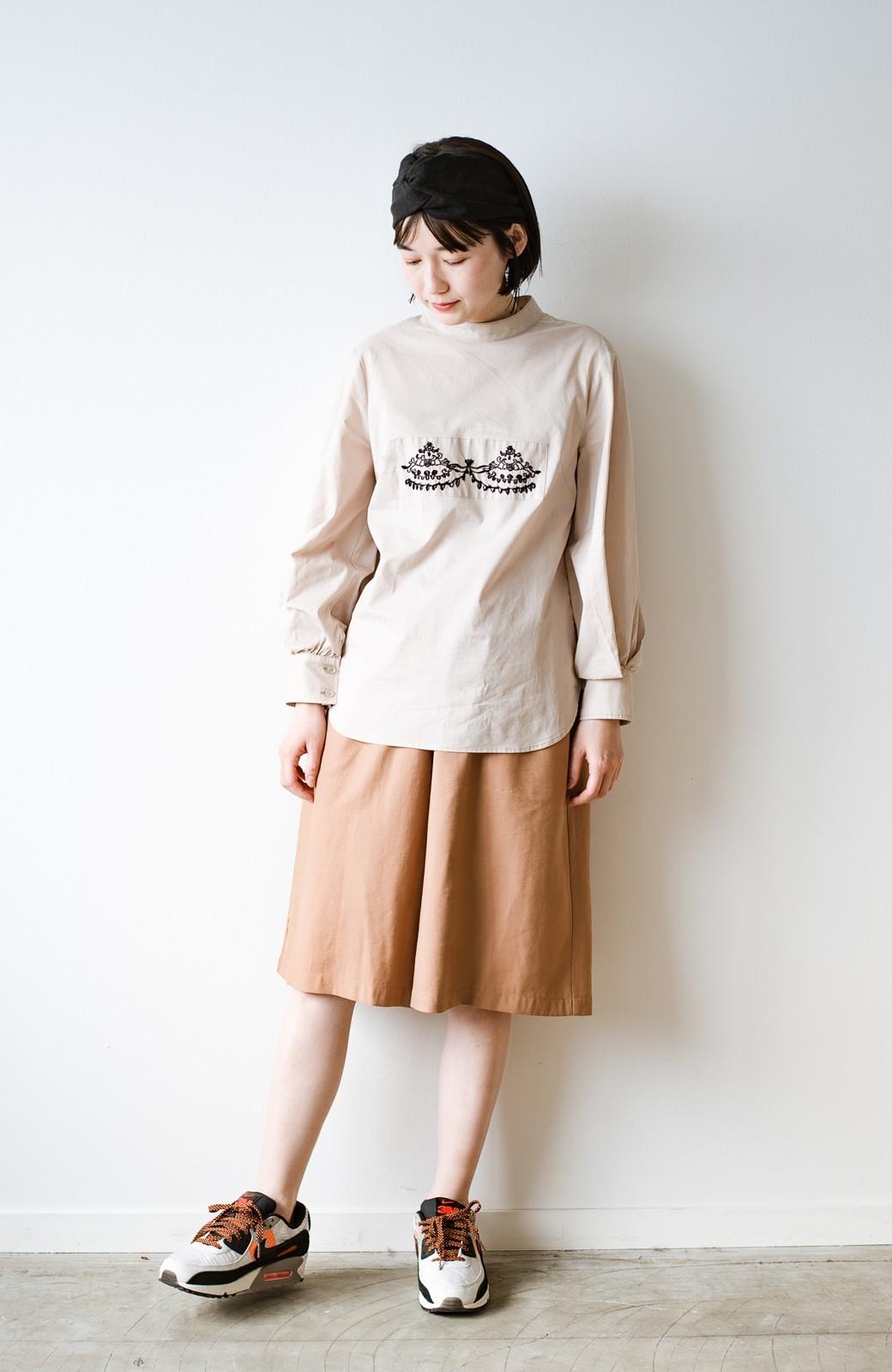 haco! 上品な刺繍がまるでレースのよう オーガニックコットンの袖ぽんわりブラウス from Stitch by Stitch <ライトベージュ>の商品写真3
