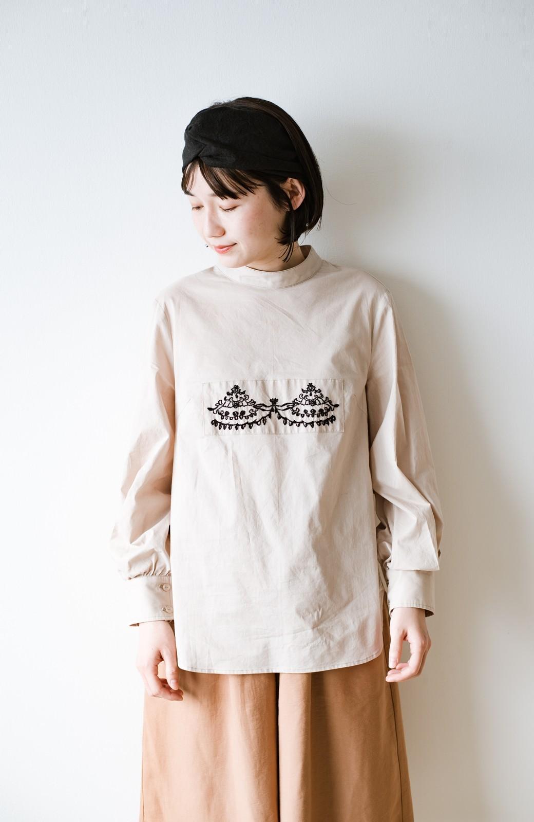 haco! 上品な刺繍がまるでレースのよう オーガニックコットンの袖ぽんわりブラウス from Stitch by Stitch <ライトベージュ>の商品写真4