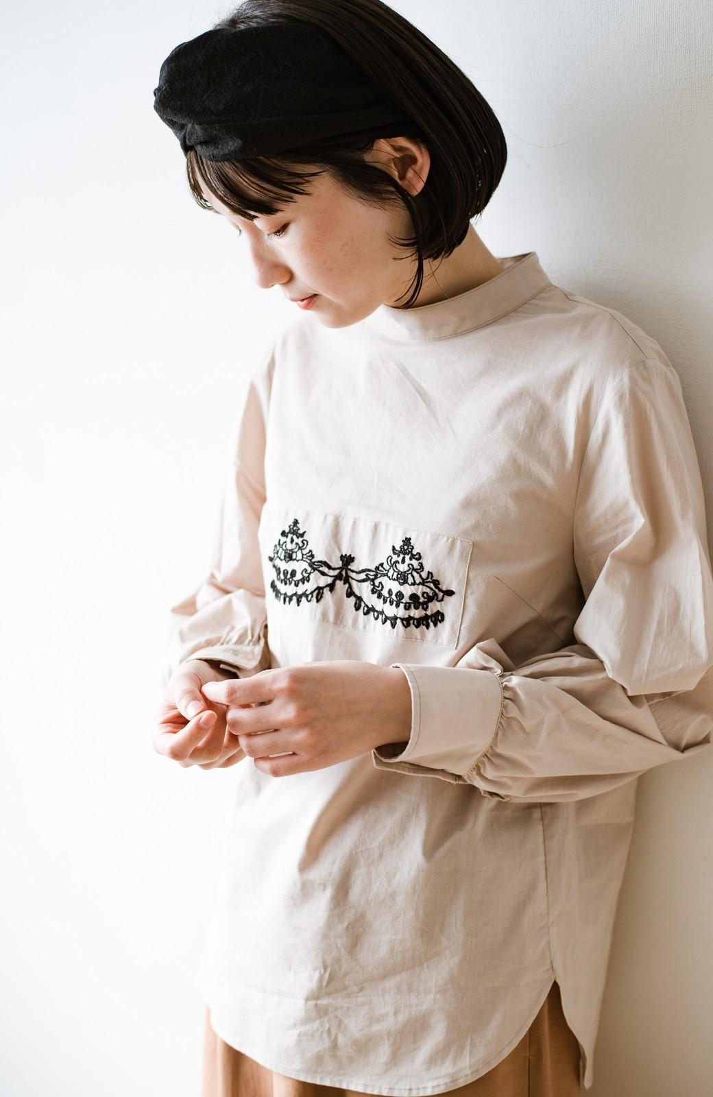 haco! 上品な刺繍がまるでレースのよう オーガニックコットンの袖ぽんわりブラウス from Stitch by Stitch <ライトベージュ>の商品写真12