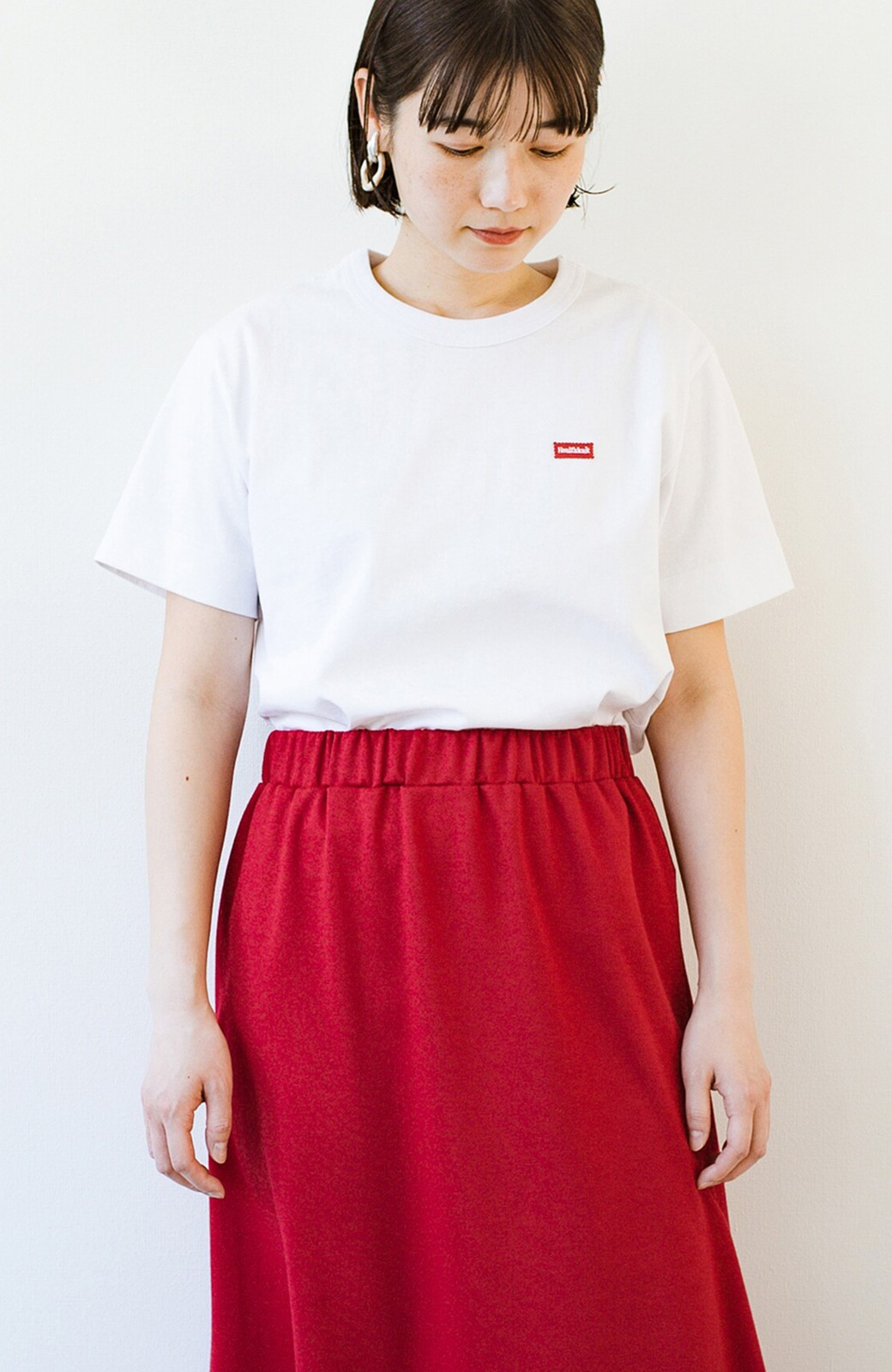 haco! さりげないロゴがコーデのポイントになるファンクションファブリックジャージークルーネックTシャツ by Healthknit <ホワイト>の商品写真2