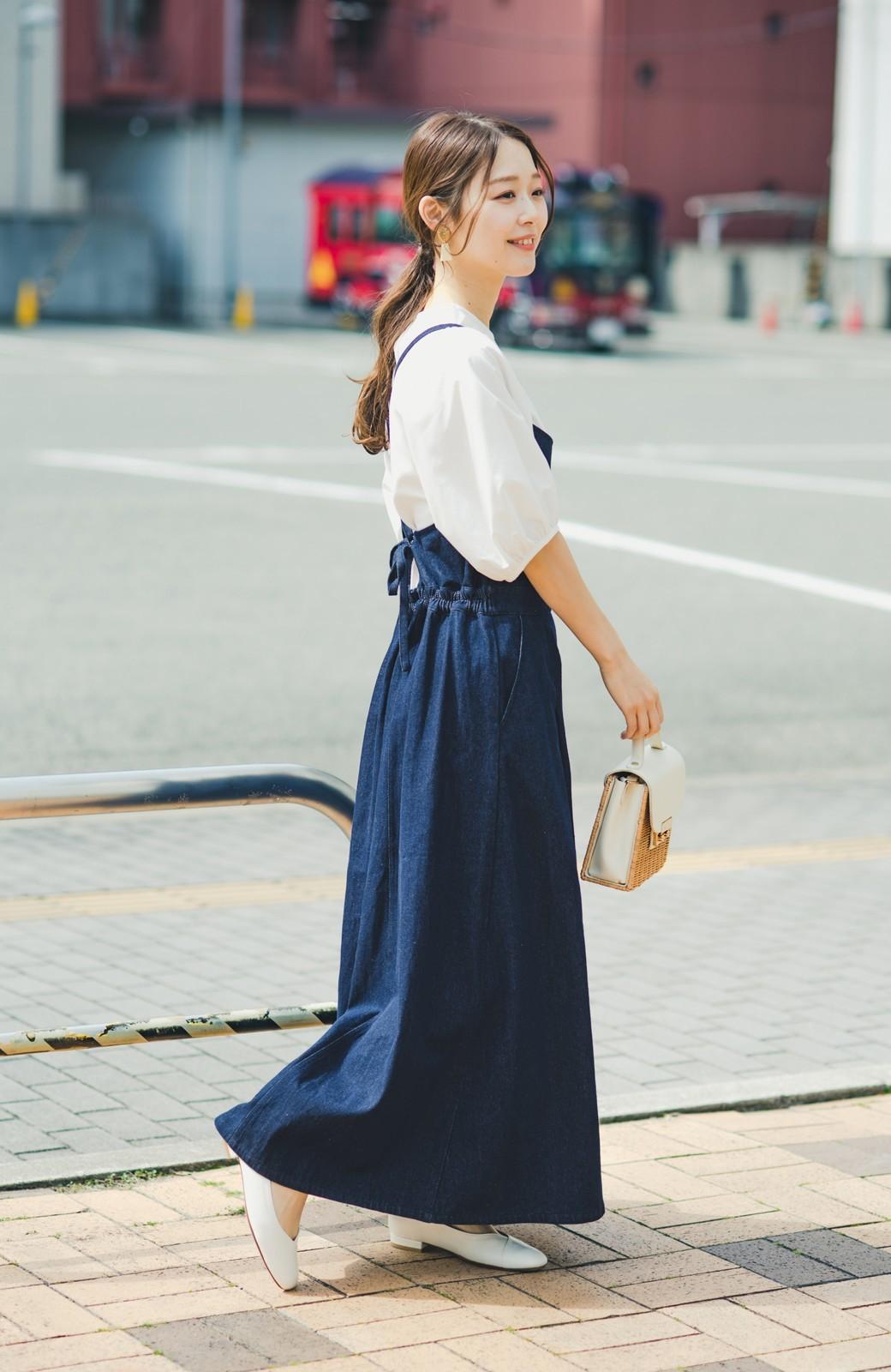 haco! 華奢見せデザインで女っぽ!Tシャツにもニットにも似合ってずっと使えるデニムサロペットスカート <ブルー>の商品写真3