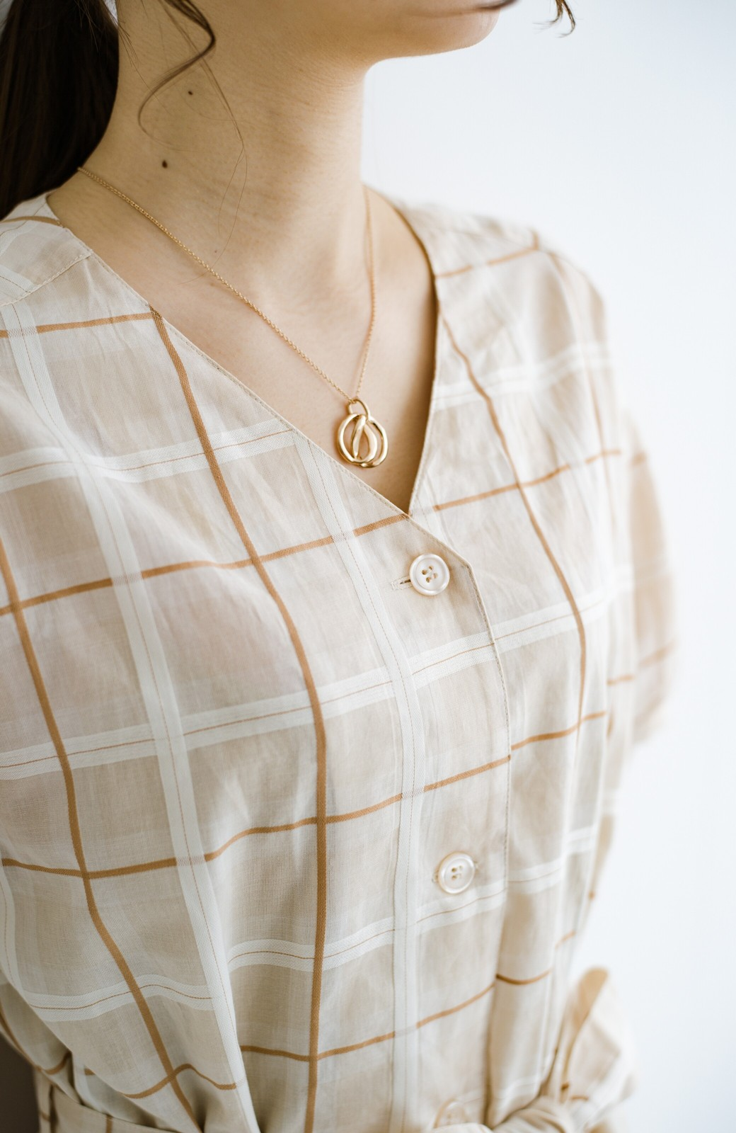 haco! 1枚でも羽織っても様になるベルト付きワンピースとインナーキャミワンピースセット <ライトベージュ>の商品写真5
