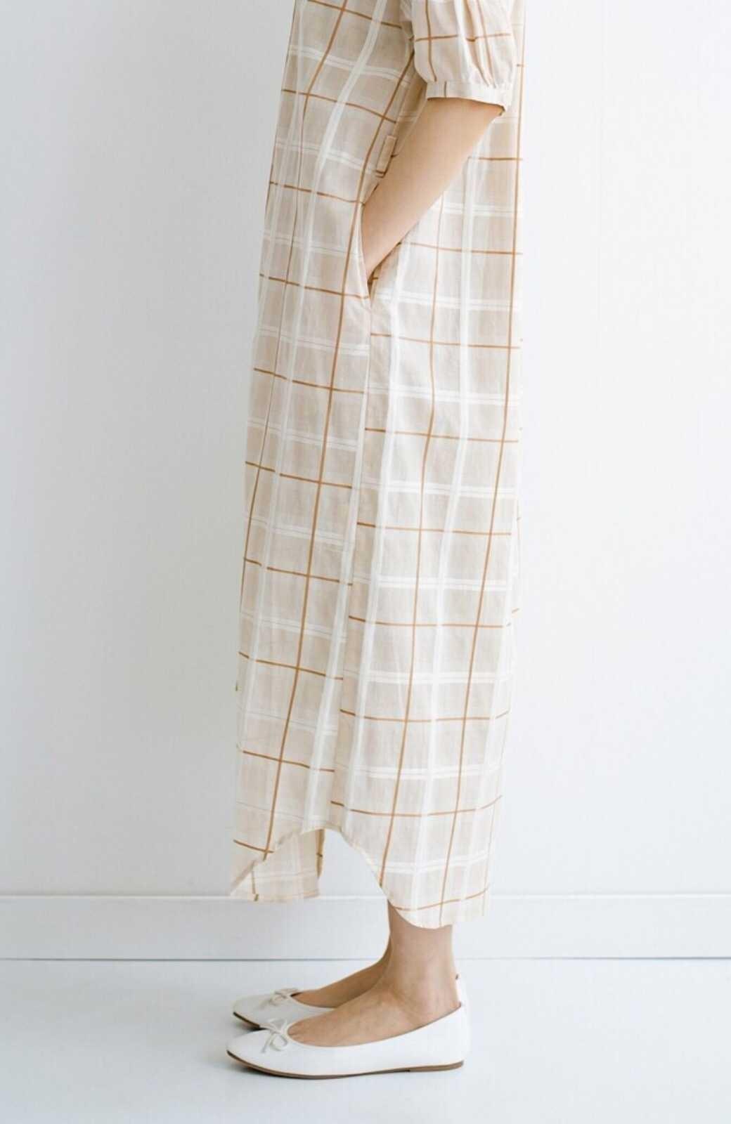 haco! 1枚でも羽織っても様になるベルト付きワンピースとインナーキャミワンピースセット <ライトベージュ>の商品写真7