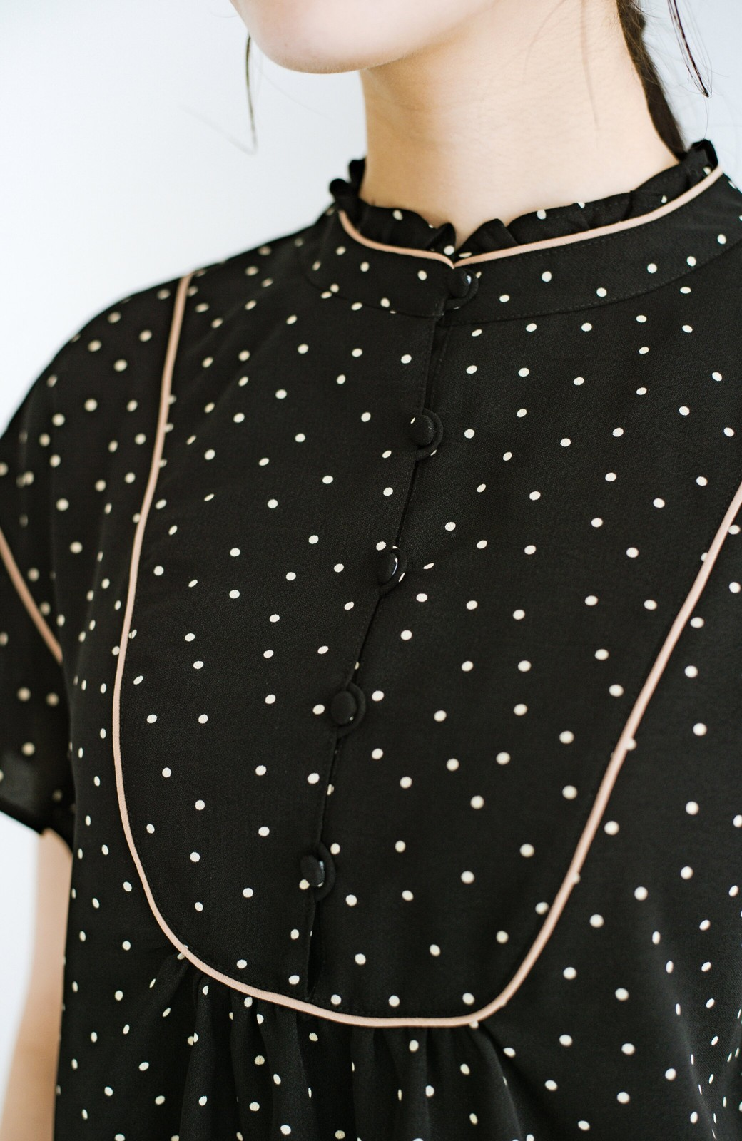 haco! パッと着てさっと華やぐ!かわいい柄のパイピングブラウス <ブラック系その他>の商品写真12