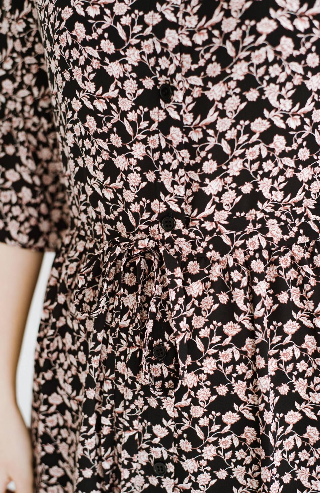 haco! さっと着てコーデが華やぐ 重ね着しても羽織ってもかわいいフレアー袖にキュンとする花柄ワンピース <ブラック系その他>の商品写真8