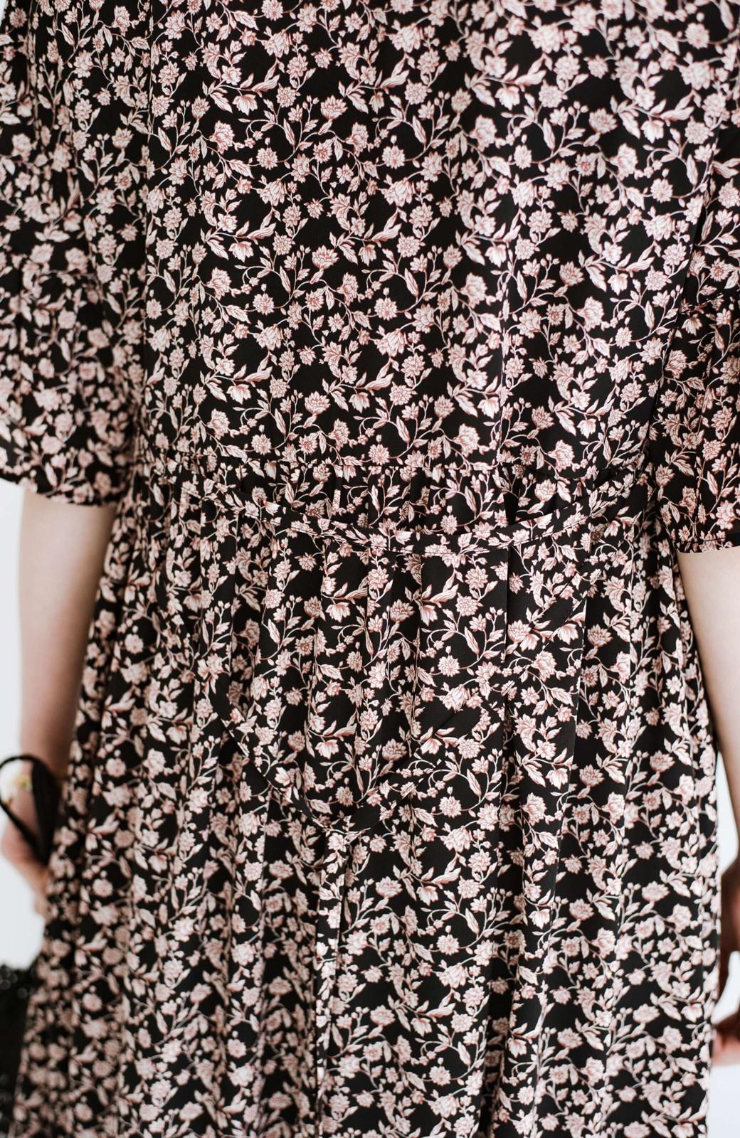 haco! さっと着てコーデが華やぐ 重ね着しても羽織ってもかわいいフレアー袖にキュンとする花柄ワンピース <ブラック系その他>の商品写真9