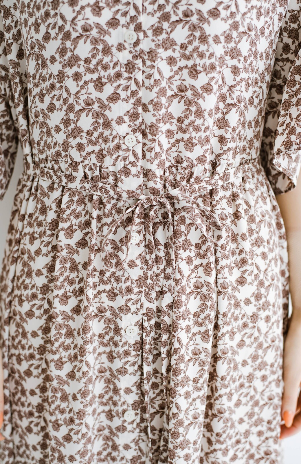 haco! さっと着てコーデが華やぐ 重ね着しても羽織ってもかわいいフレアー袖にキュンとする花柄ワンピース <ホワイト系その他>の商品写真13