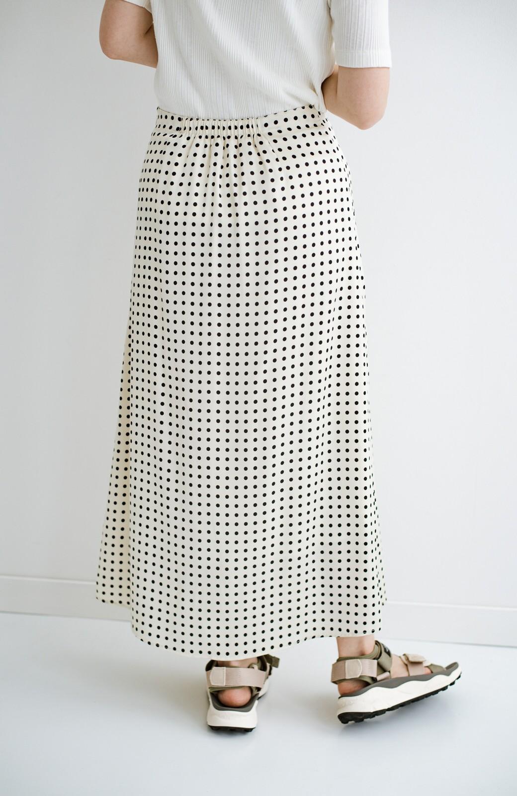 haco! 定番Tシャツを合わせるだけで女っぽい新鮮コーデが完成する ツヤやかサテンが上品なドット柄スカートby who made me <ホワイト×ブラック>の商品写真24