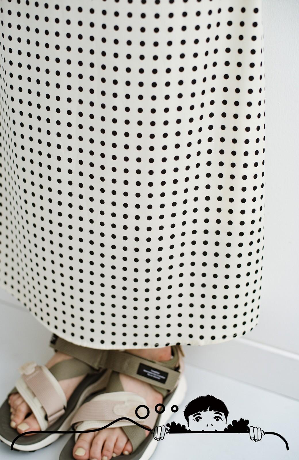 haco! 定番Tシャツを合わせるだけで女っぽい新鮮コーデが完成する ツヤやかサテンが上品なドット柄スカートby who made me <ホワイト×ブラック>の商品写真9