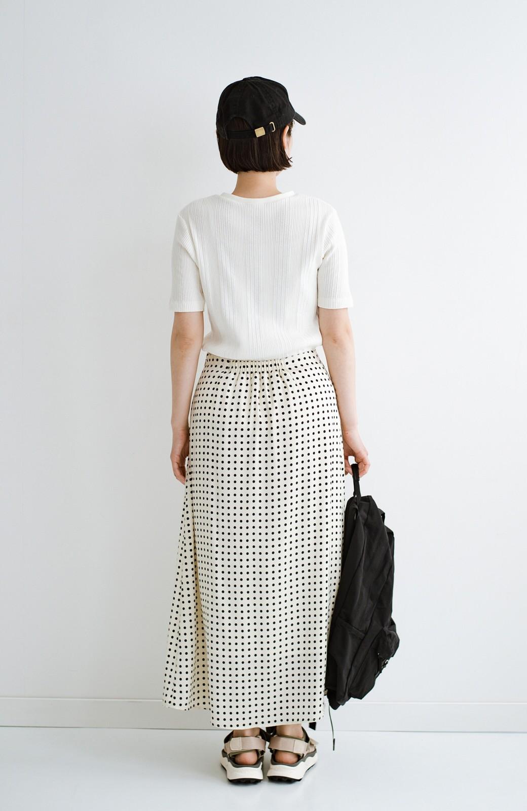 haco! 定番Tシャツを合わせるだけで女っぽい新鮮コーデが完成する ツヤやかサテンが上品なドット柄スカートby who made me <ホワイト×ブラック>の商品写真22