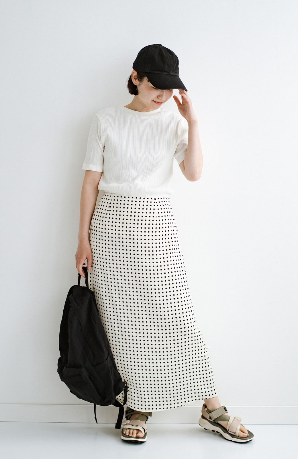 haco! 定番Tシャツを合わせるだけで女っぽい新鮮コーデが完成する ツヤやかサテンが上品なドット柄スカートby who made me <ホワイト×ブラック>の商品写真21
