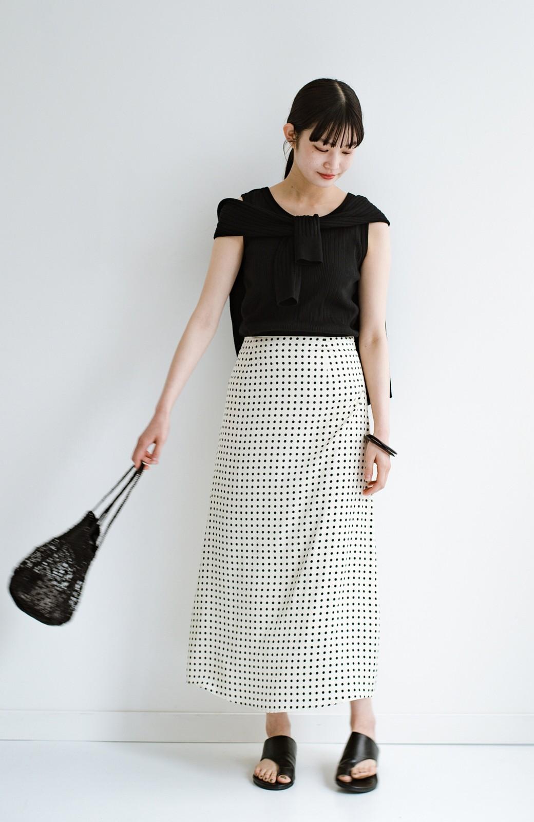 haco! 定番Tシャツを合わせるだけで女っぽい新鮮コーデが完成する ツヤやかサテンが上品なドット柄スカートby who made me <ホワイト×ブラック>の商品写真27