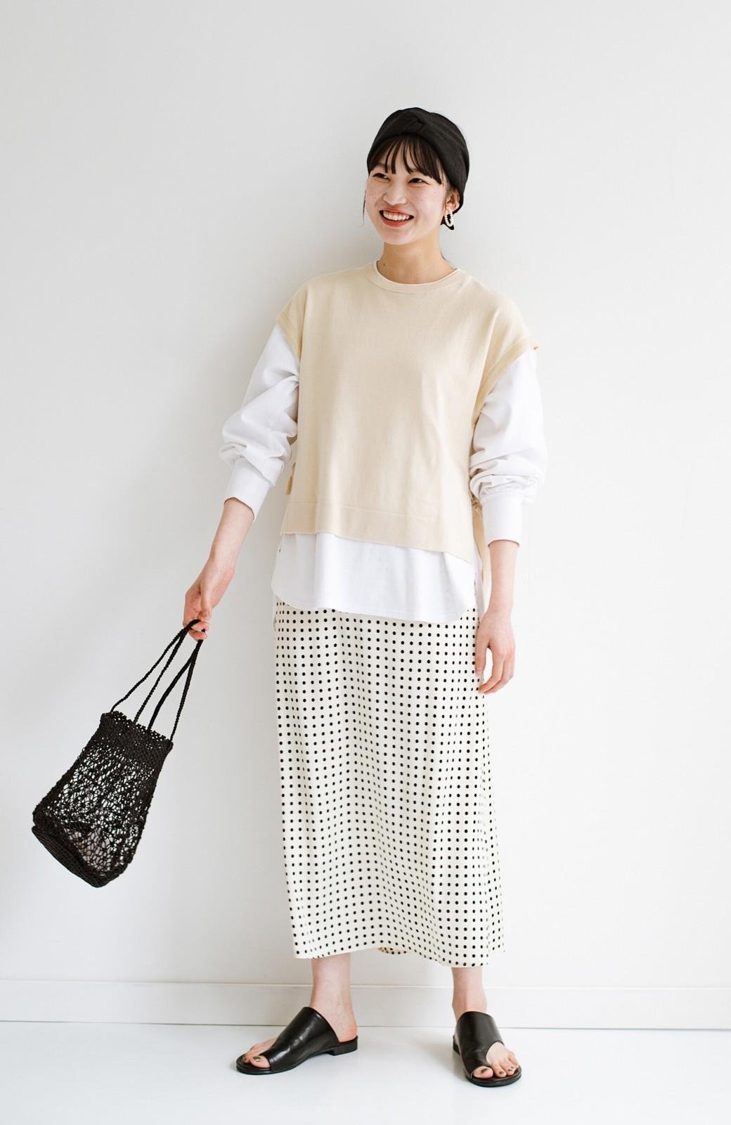 haco! 定番Tシャツを合わせるだけで女っぽい新鮮コーデが完成する ツヤやかサテンが上品なドット柄スカートby who made me <ホワイト×ブラック>の商品写真15