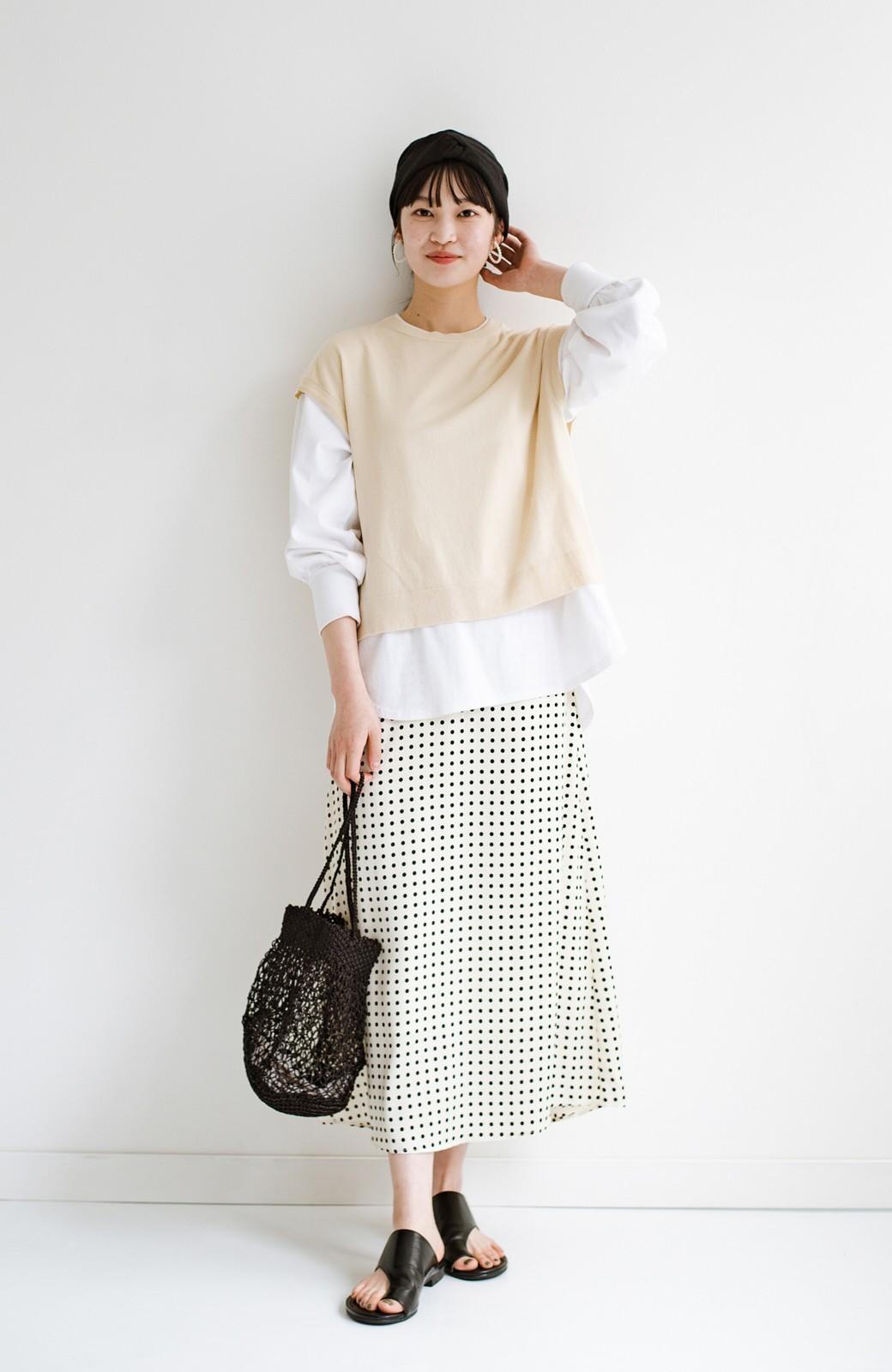 haco! 定番Tシャツを合わせるだけで女っぽい新鮮コーデが完成する ツヤやかサテンが上品なドット柄スカートby who made me <ホワイト×ブラック>の商品写真13