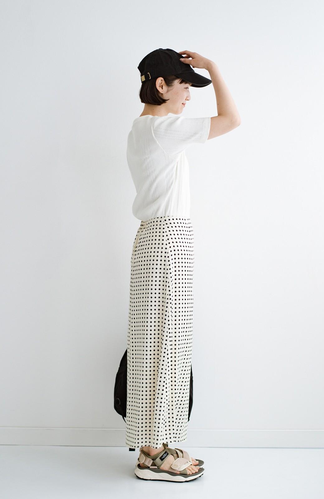 haco! 定番Tシャツを合わせるだけで女っぽい新鮮コーデが完成する ツヤやかサテンが上品なドット柄スカートby who made me <ホワイト×ブラック>の商品写真31