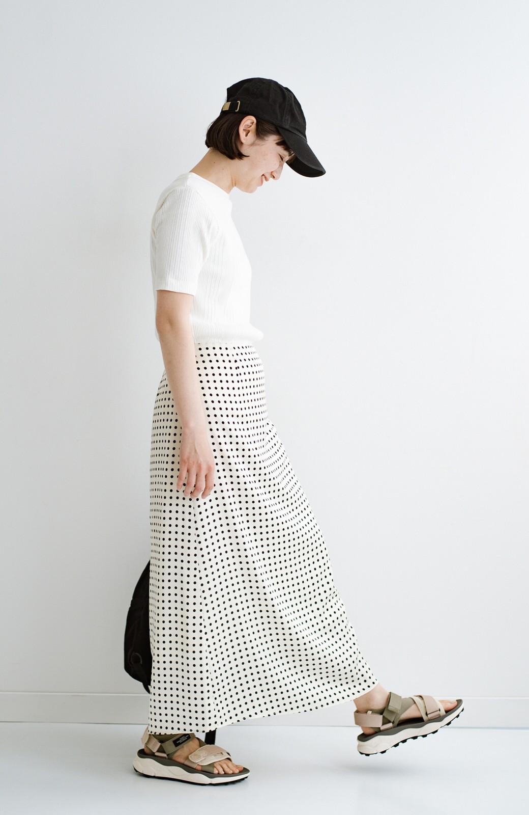 haco! 定番Tシャツを合わせるだけで女っぽい新鮮コーデが完成する ツヤやかサテンが上品なドット柄スカートby who made me <ホワイト×ブラック>の商品写真32