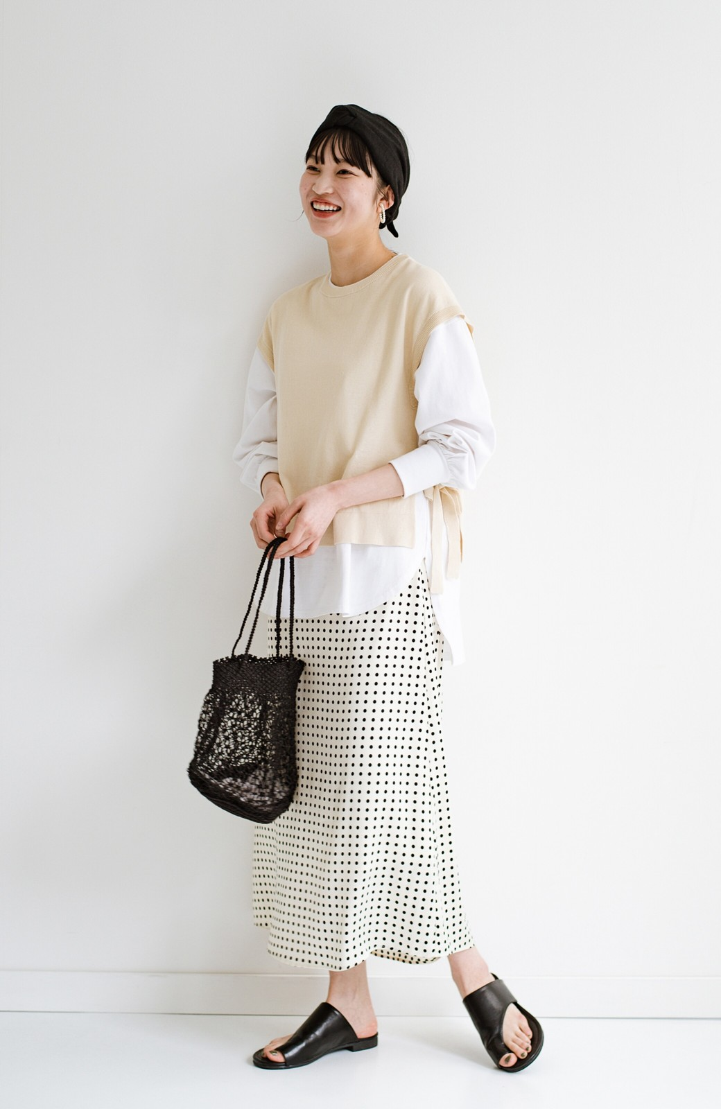 haco! 定番Tシャツを合わせるだけで女っぽい新鮮コーデが完成する ツヤやかサテンが上品なドット柄スカートby who made me <ホワイト×ブラック>の商品写真14