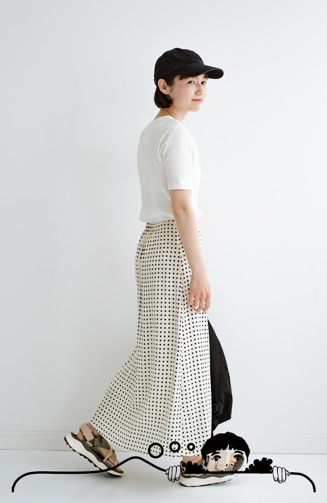 haco! 定番Tシャツを合わせるだけで女っぽい新鮮コーデが完成する ツヤやかサテンが上品なドット柄スカートby who made me <ホワイト×ブラック>の商品写真3