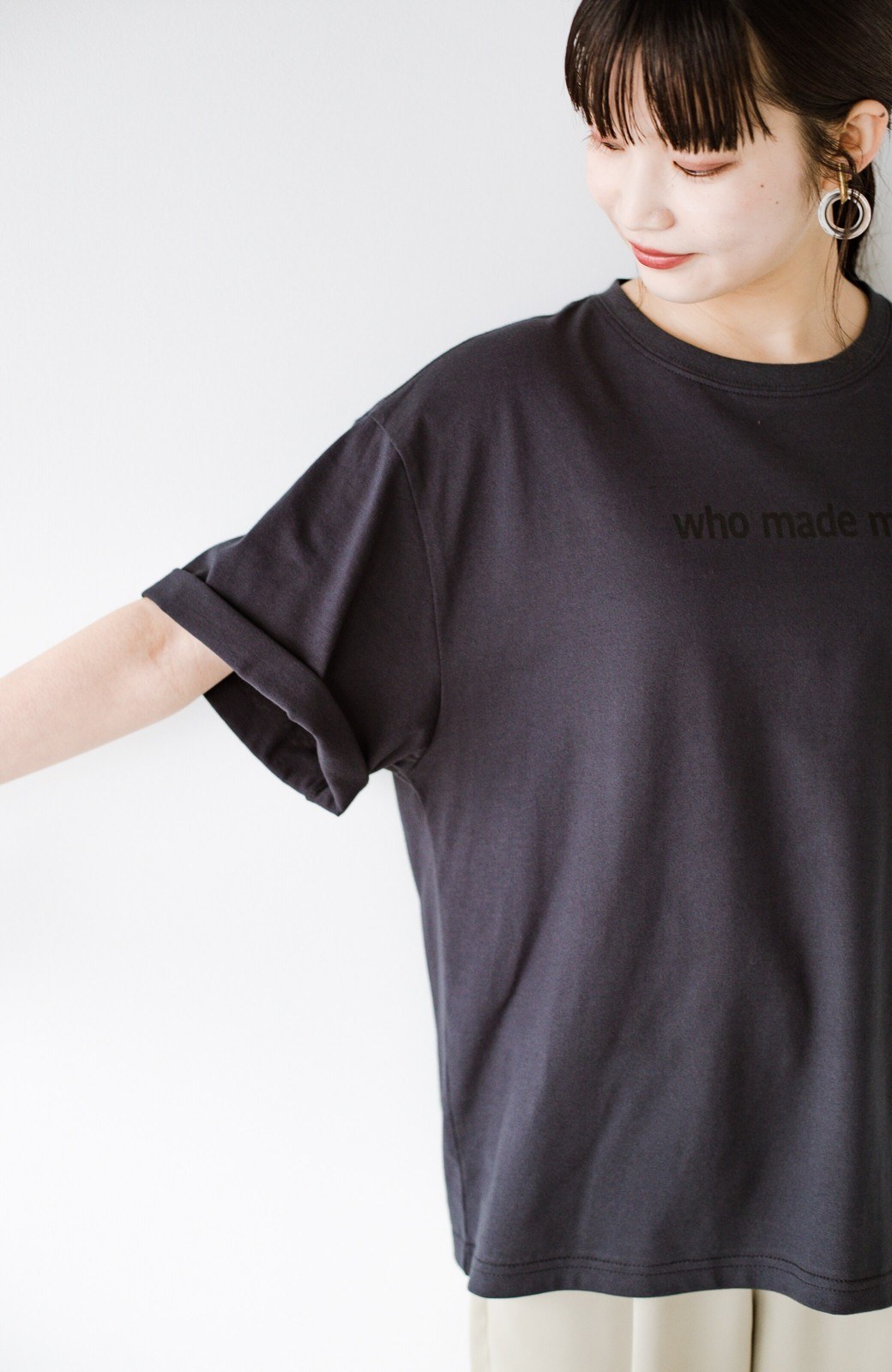 haco! あるかないかで大違い!大人の抜け感を醸し出すさりげなロゴTシャツ by who made me + PBP <チャコールグレー>の商品写真15