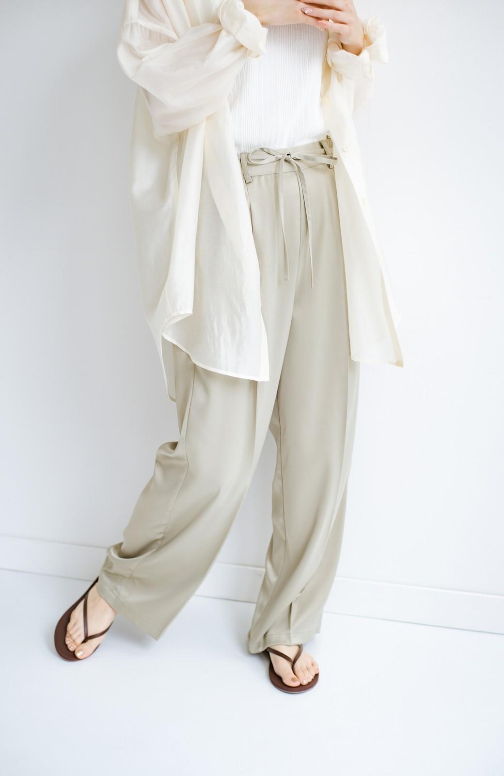 haco! シンプルTシャツに合わせるだけでこなれて見える ほどよく女っぽいツヤやかサテンのセンタープレスパンツby who made me <ライトオリーブ>の商品写真12